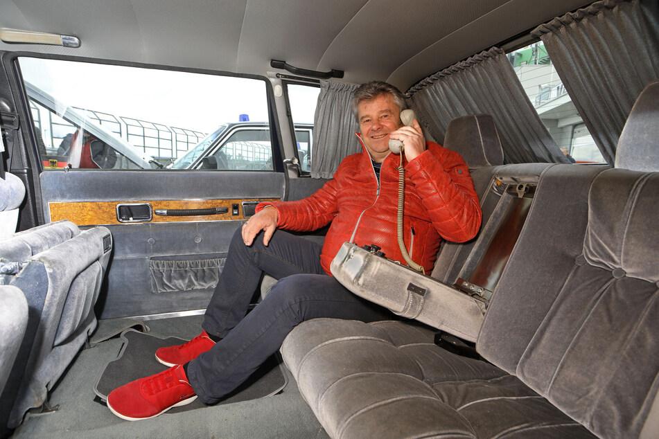 Kein Anschluss mehr unter dieser Nummer. Das Funk-Telefon im Volvo 264TE ist tot. Limo-Besitzer Andreas Bönisch (64) macht es sich trotzdem gemütlich.