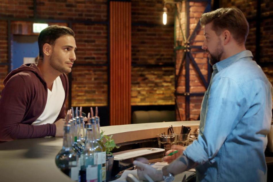 Nihat will John dazu überreden, in den Kauf des Vereinsheims einzusteigen, doch dann ruft ausgerechnet Shirin bei Nihat an.