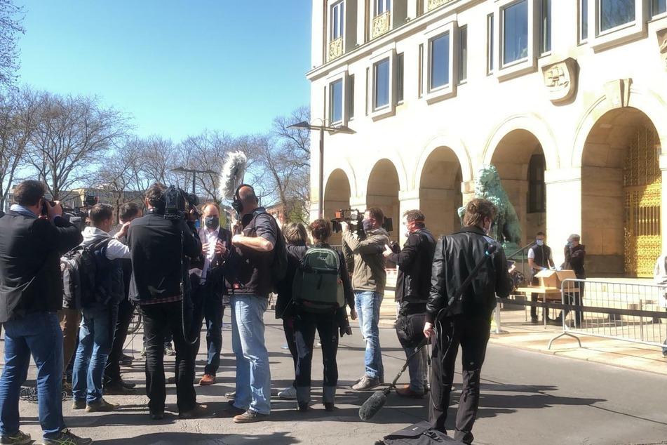 OB Dirk Hilbert gibt den Pressevertretern ein Interview, Sicherheitsabstand klappt dabei aber noch nicht so.