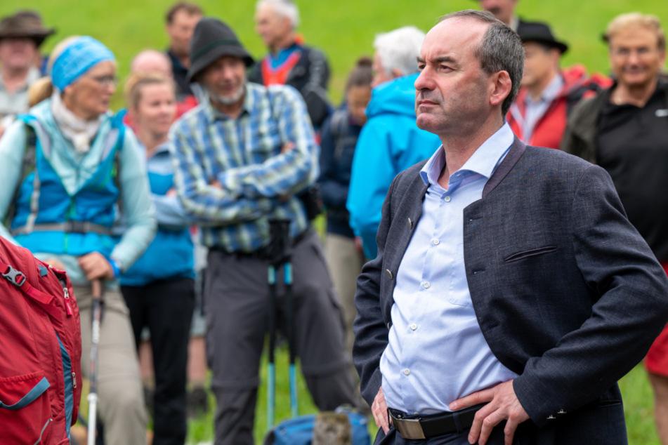 Hubert Aiwanger (50, Freie Wähler), stellvertretender Ministerpräsident und Staatsminister für Wirtschaft, Landentwicklung und Energie, nimmt an der Hauptalmbegehung teil.