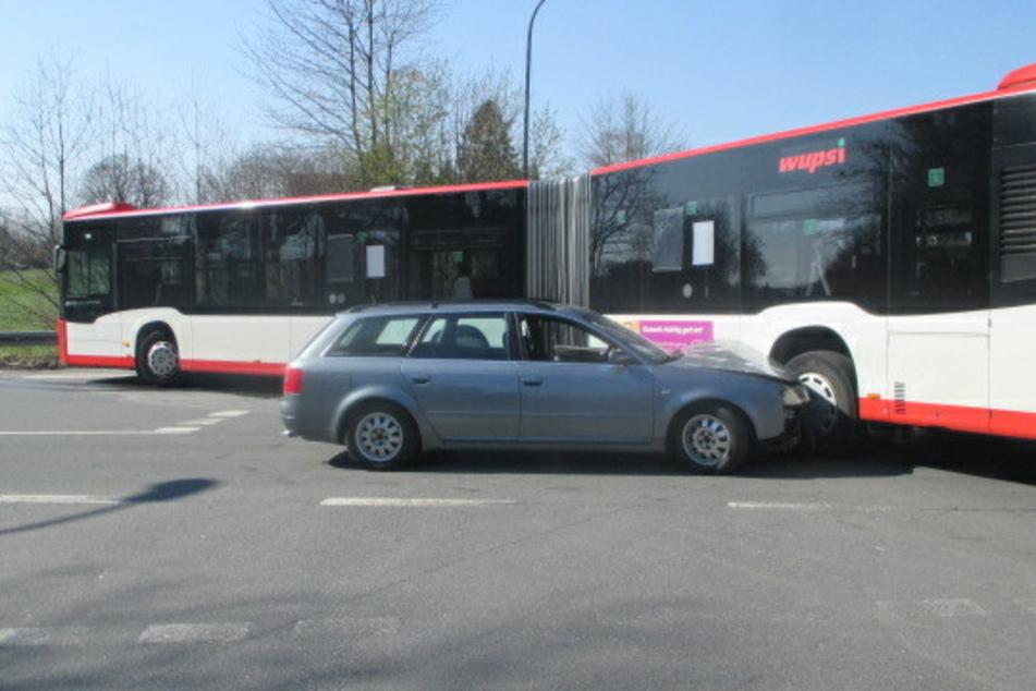 Bus und Auto krachen ineinander, Beteiligte erzählen zwei Geschichten