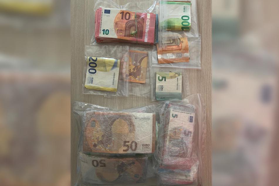 In einer Wohnung fanden die Beamten etwa 17.000 Euro Bargeld.