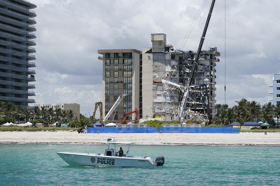 Der Wohnkomplex nach dem Einsturz in Surfside. Mittlerweile wurde dieser bereits kontrolliert gesprengt, um einen weiteren Einsturz zu verhindern. (Archivbild)