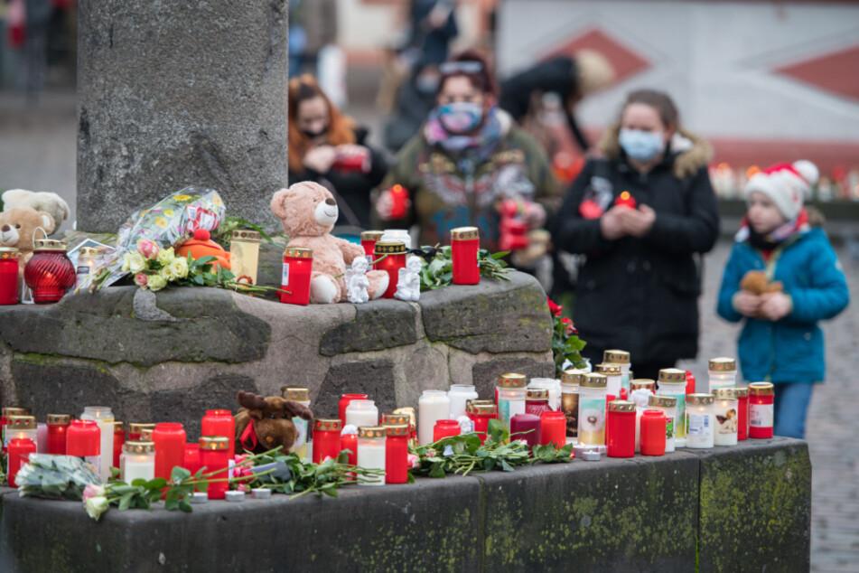 An mehreren Stellen in der Fußgängerzone, hier am Marktkreuz, haben Menschen zum Gedenken an die Opfer der Amokfahrt Kerzen aufgestellt.