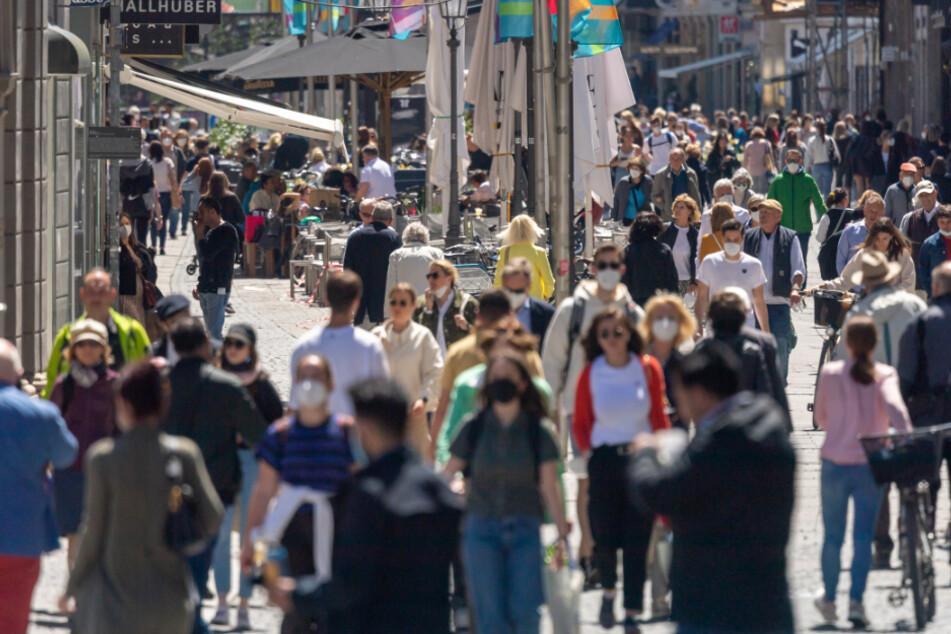 Passanten laufen durch die Fußgängerzone in der Münchner Innenstadt. Beim Shoppen ist künftig bei einer Inzidenz unter 100 kein Test oder Voranmeldung mehr nötig.