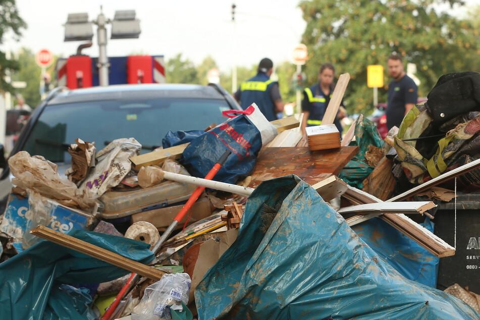 Viele Trümmer dominieren das Bild in den betroffenen Gebieten. Anwohner und andere Helfer räumen in Erftstadt auf.
