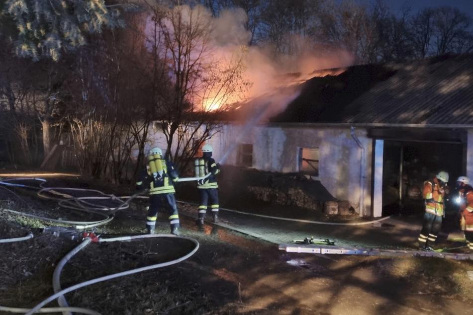 Scheune eines Aussiedlerhofs in Vollbrand: Feuerwehr kämpft gegen die Flammen