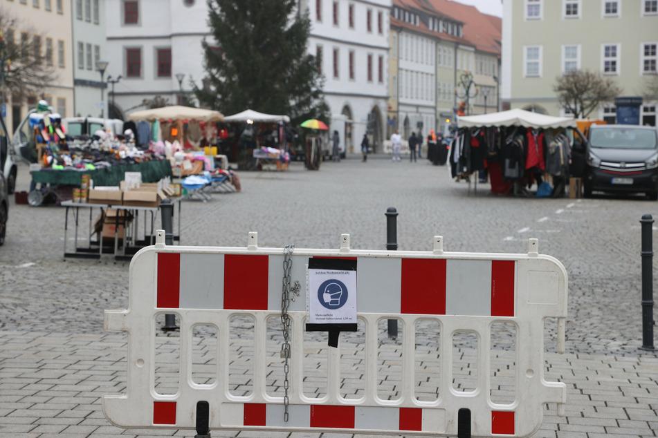 Ein Hinweisschild zur Maskenpflicht auf dem Wochenmarkt steht am Marktplatz der Stadt Hildburghausen.