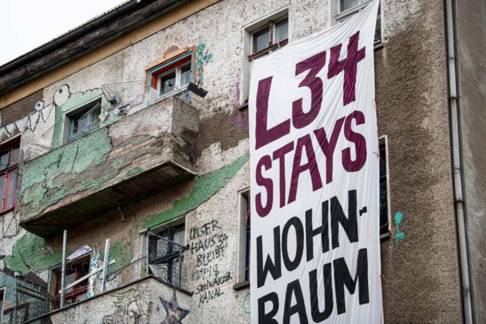 """An der Hausfassade des Wohnprojekts """"Liebig 34"""" in Berlin-Friedrichshain hängt ein Banner mit der Aufschrift """"L34 Stays"""". Die Bewohner haben angekündigt, das Haus nicht kampflos räumen zu wollen. Im Internet wurde im Vorfeld zu Widerstand aufgerufen."""