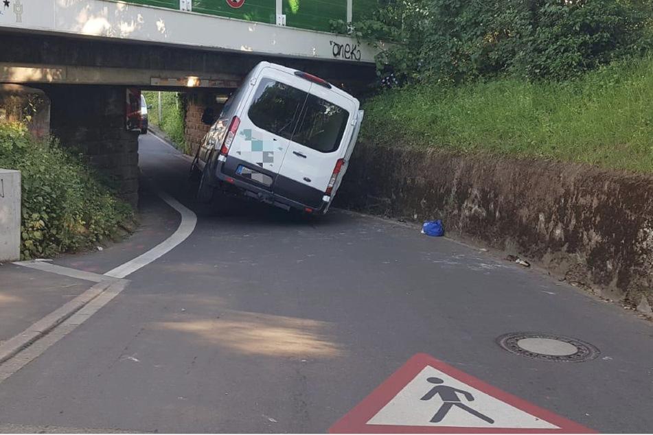 Autsch! Transporter bleibt unter Bahnunterführung hängen