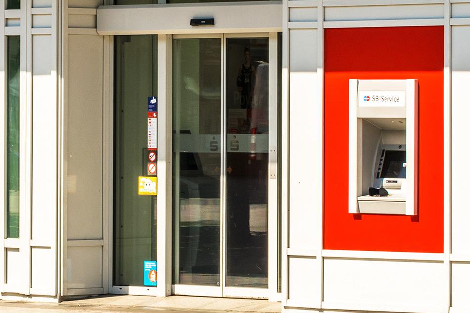 Frau vergisst Geld am Sparkassen-Automaten: Typ schnappt zu und wird gesucht