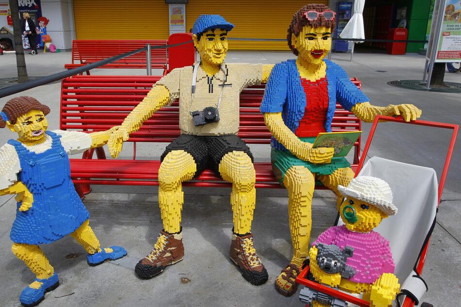 Eine Familie aus Legosteinen ist im Legoland Günzburg aufgebaut. Ab 30. Mai kann sie wieder besucht werden.