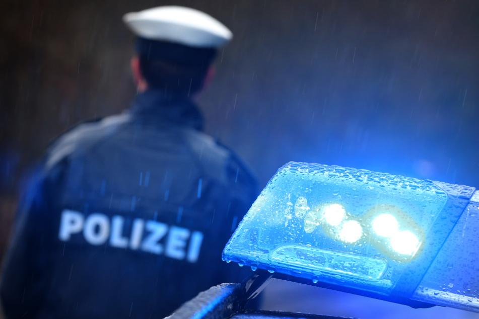 Die Polizei leitete den Traktor an einer Tank- und Rastanlage sicher von der Autobahn ab. (Symbolbild)