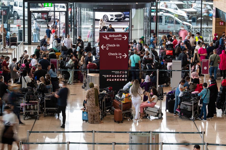 Deutschlands Flughäfen füllen sich. Kommen mit Reisenden auch bald die Delta-Mutanten großflächig ins Land (Symbolbild)?
