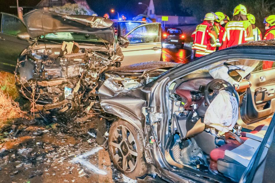 Auto fängt nach Frontal-Crash Feuer: Mindestens fünf Verletzte!