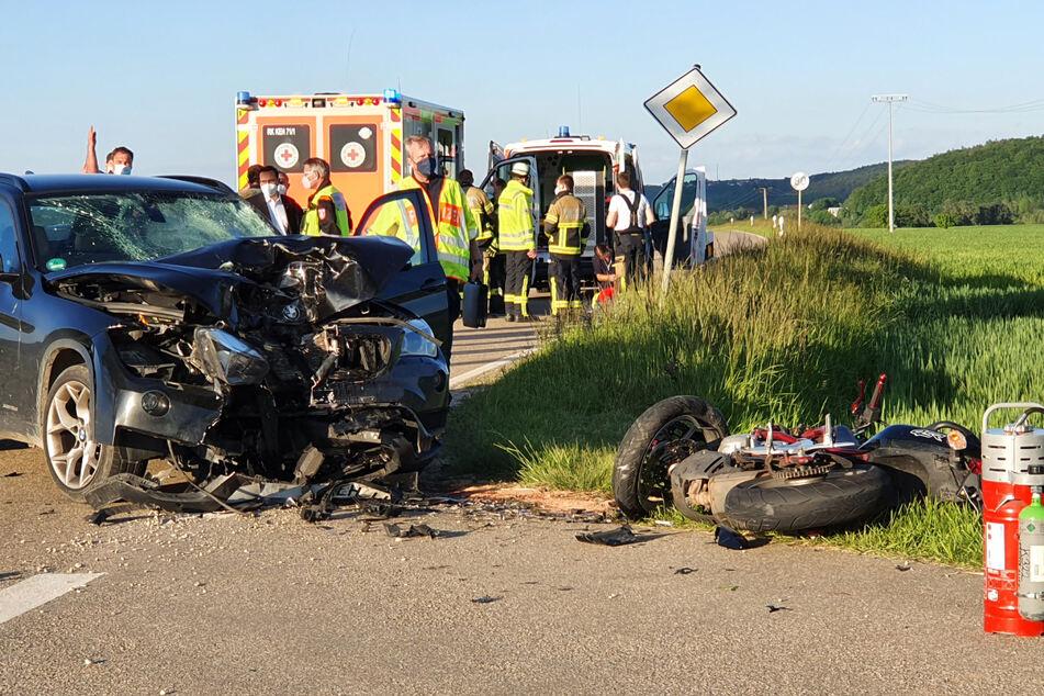 Rettungskräfte stehen an der Unfallstelle im Landkreis Kelheim. Das Motorrad krachte frontal in den BMW, nachdem die Fahrerin den Biker offenbar übersehen hatte.