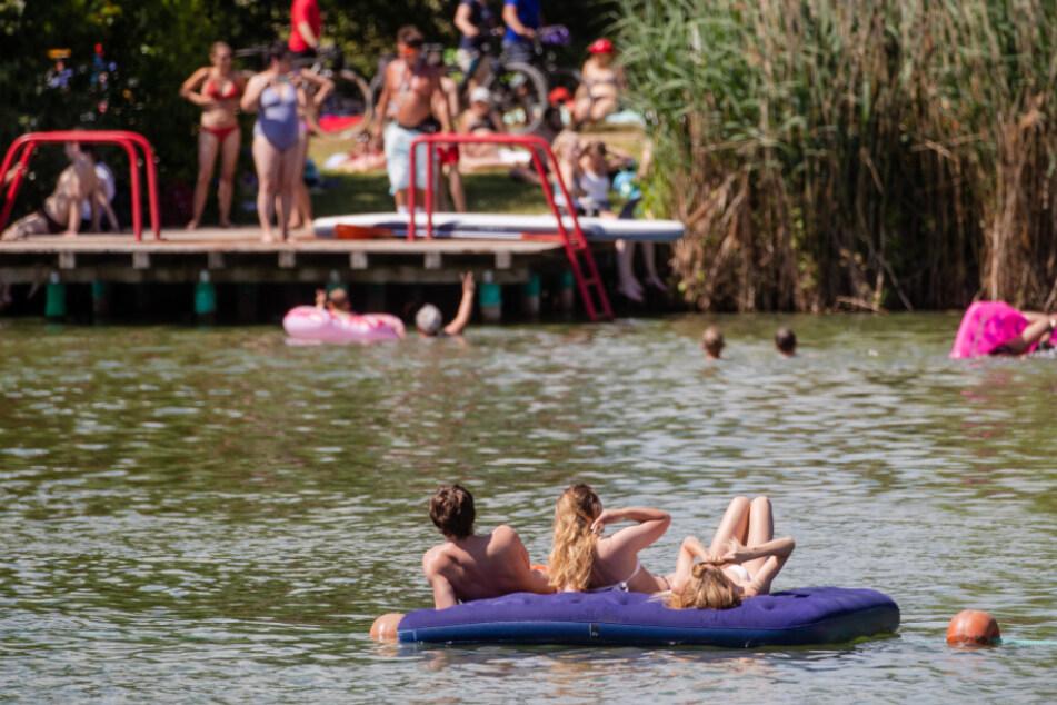 Der Badesee war den Behörden nach überlaufen. (Symbolbild)