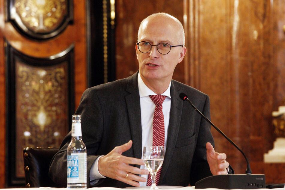 Peter Tschentscher (SPD), Erster Bürgermeister, spricht im Hamburger Senat.