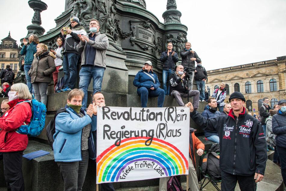 """Mit und ohne Maske: Zu der Demo von """"Querdenken"""" am Samstag in Dresden kamen rund 3000 Teilnehmer. Die Polizei hätte gegen die Maskenverweigerer vorgehen müssen, so Kerstin Köditz (53) von den Linken."""
