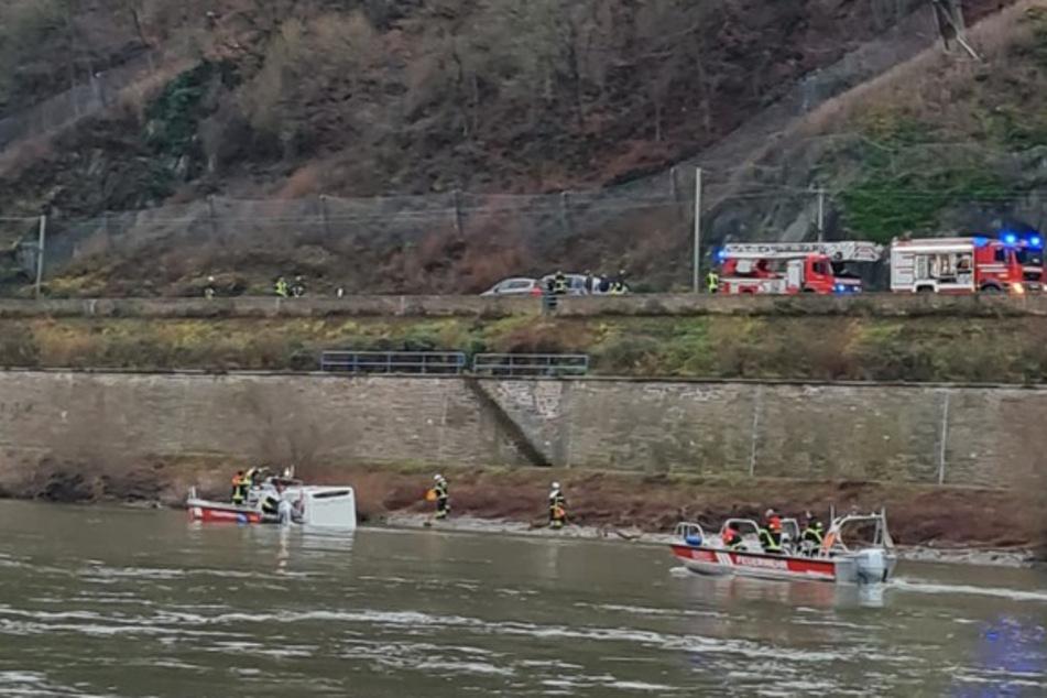 Frankfurt: Wohnmobil rutscht von Fährenrampe in den Rhein! Fahrer über Dachluke gerettet