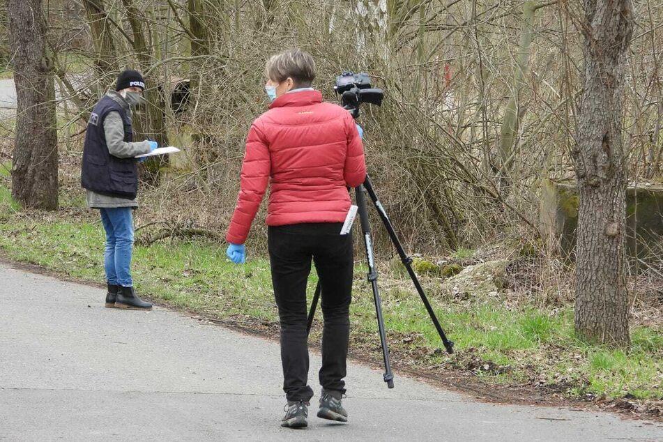 Kriminaltechniker dokumentieren die Spuren in dem kleinen Waldstück.