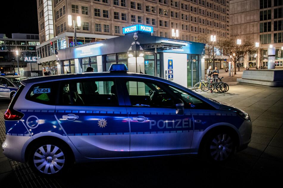 Ein 22-Jähriger betrat gegen 4.20 Uhr die Polizeiwache auf dem Alexanderplatz und bat um Hilfe. (Archivbild)