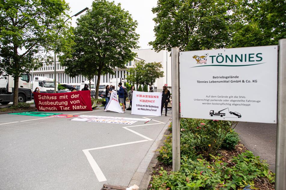 """Aktivisten vom """"Bündnis Gemeinsam gegen die Tierindustrie"""" haben die Einfahrt der Firma Tönnies besetzt."""