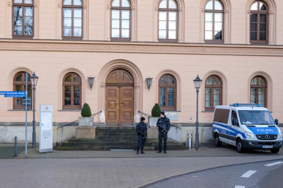 Bewaffnete Polizeibeamte sichern bei einem anderen Prozess einen Eingang zum Oberlandesgericht Celle.