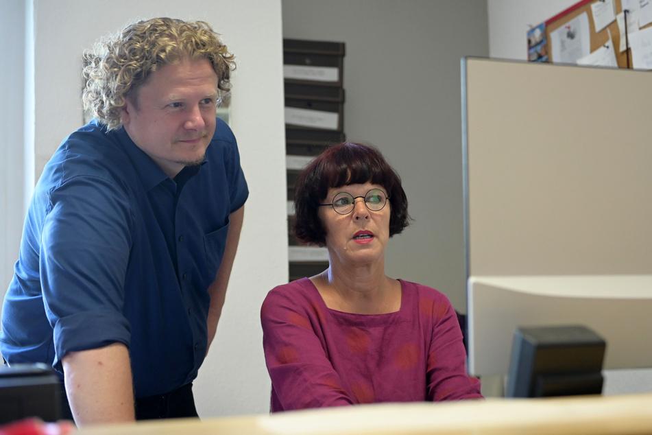 """Silke Koppe (57) von """"Beti Lue.Salbenmanufaktur"""" ist von langsamen Internet genervt. IT-Unternehmer Lars Fassmann (43) macht einen Geschwindigkeitstest."""