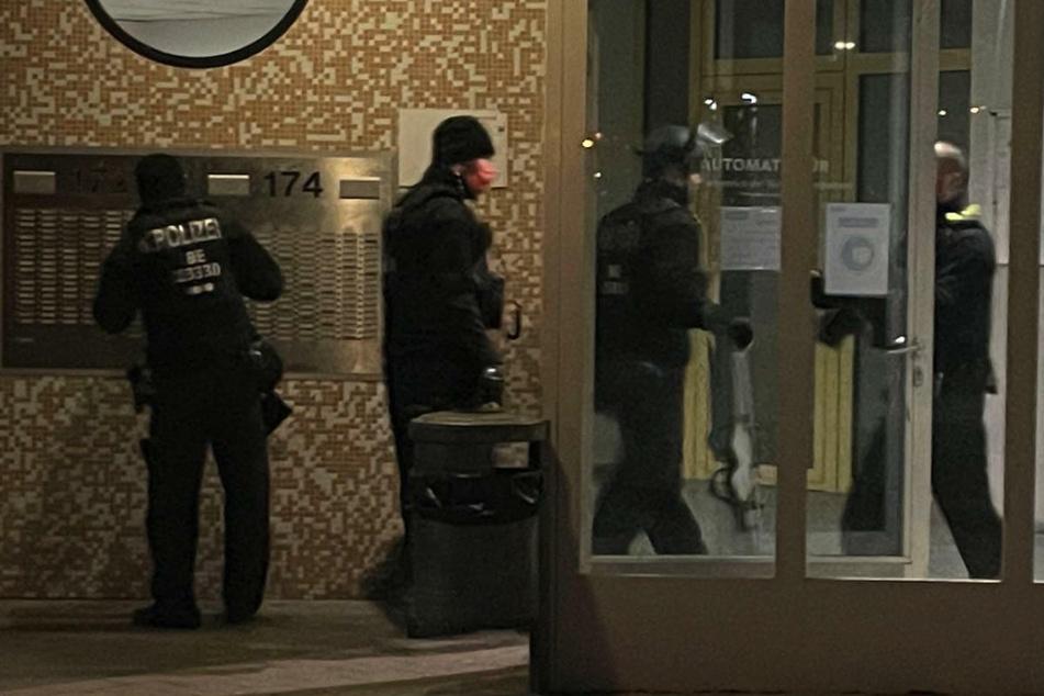Polizeibeamte suchen das Wohnhaus nach Spuren ab, in dem der Streit begonnen haben soll.