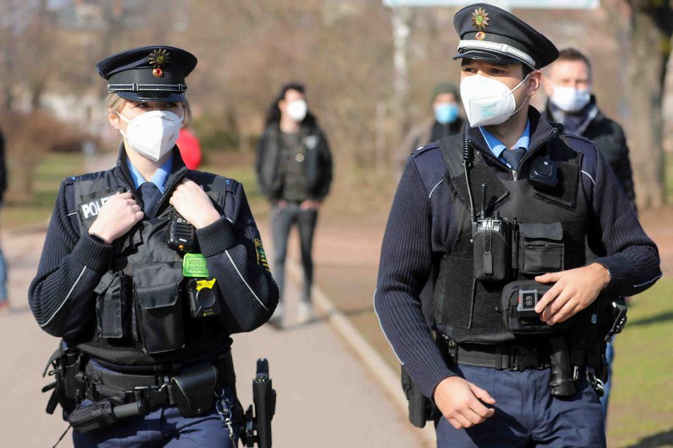 Die Polizistinnen und Polizisten tragen nun auch in Sachsen Bodycams.