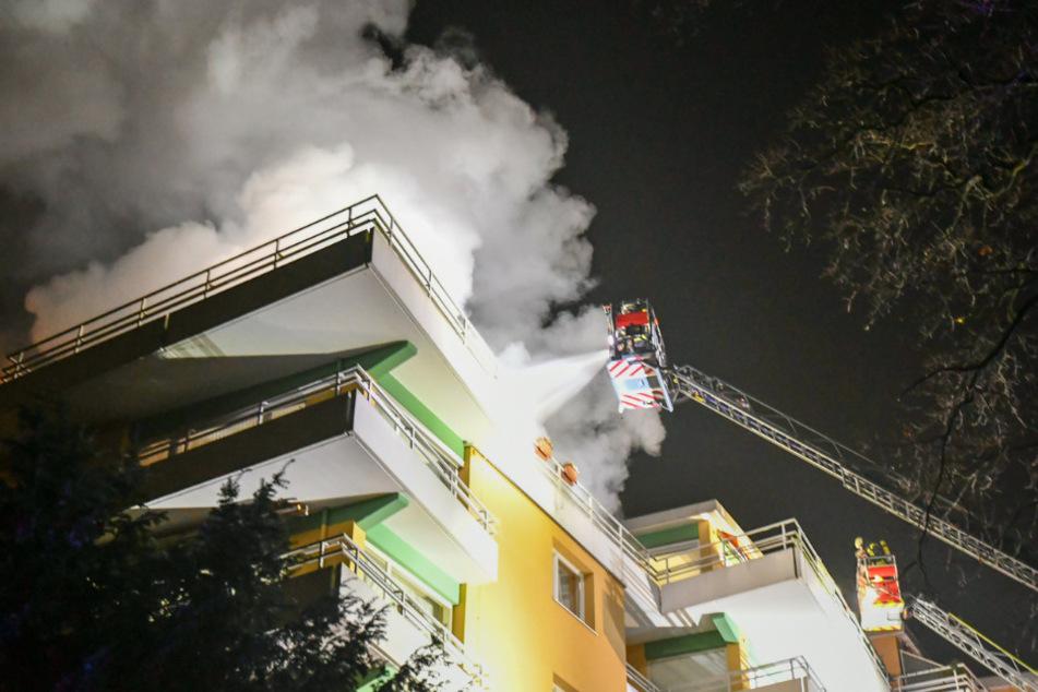 Dichter Rauch dringt aus der Wohnanlage in Großhansdorf.