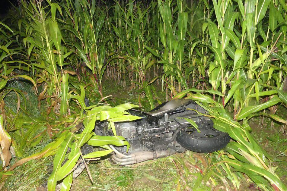 Der Motorradfahrer (31) war bei dem Unfall in Radevormwald in ein Maisfeld gerutscht und schwer verletzt worden.