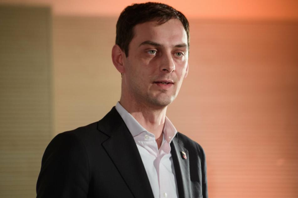 Martin Hikel (SPD), Bezirksbürgermeister von Neukölln, spricht bei der Pressekonferenz