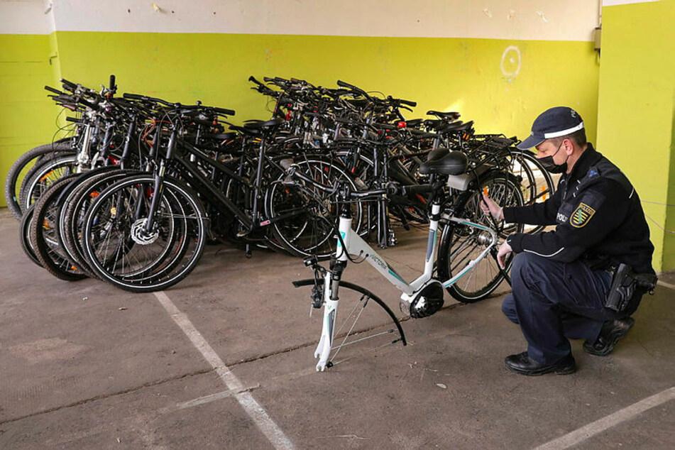 Ein Polizeibeamter registriert sichergestellte Fahrräder. In Leipzig sollen Hunderte solcher Drahtesel von Polizisten verhökert worden sein.