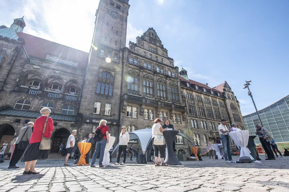 Bürgerrunde mit den OB-Kandidaten vor dem Rathaus. Zahlreiche Bürger wollten mit den Politikern reden.