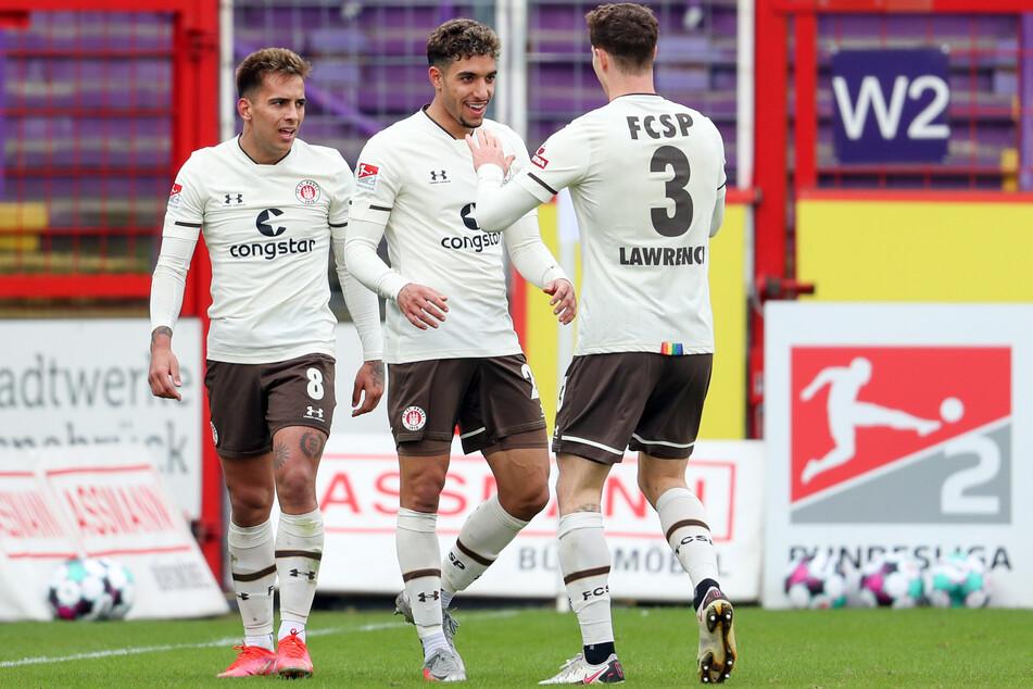 Jubeln die Kiezkicker um Edeltechniker Omar Marmoush (M.) auch gegen den FC Würzburger Kickers.