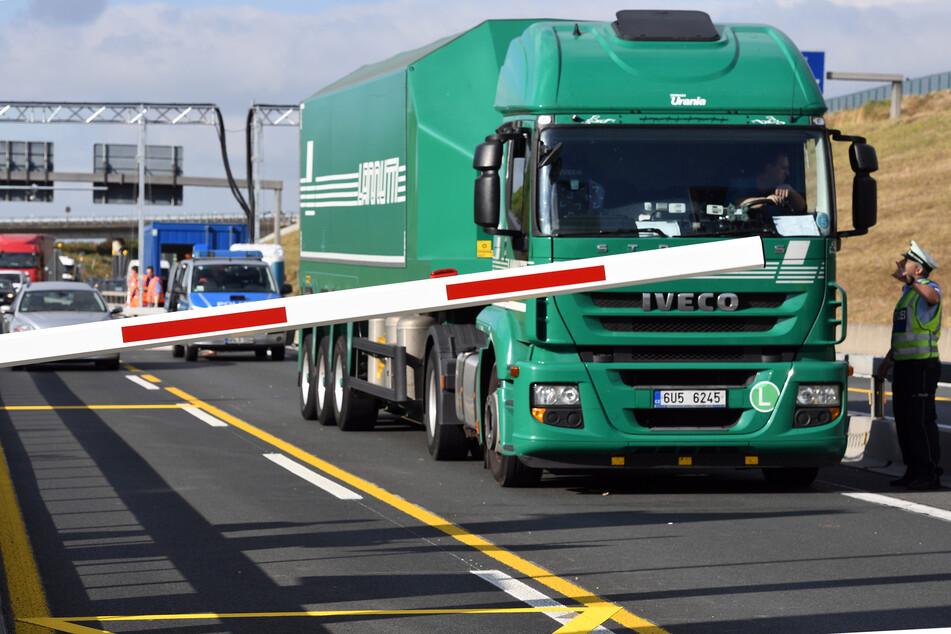 Die Leverkusener Brücke ist derart marode, dass Lastwagen sie schon seit Jahren nicht mehr befahren dürfen und große Umwege in Kauf nehmen müssen.