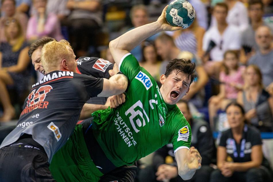 Simon Ernst (r.) von den Berliner Füchsen wirft den Ball auf das Tor.