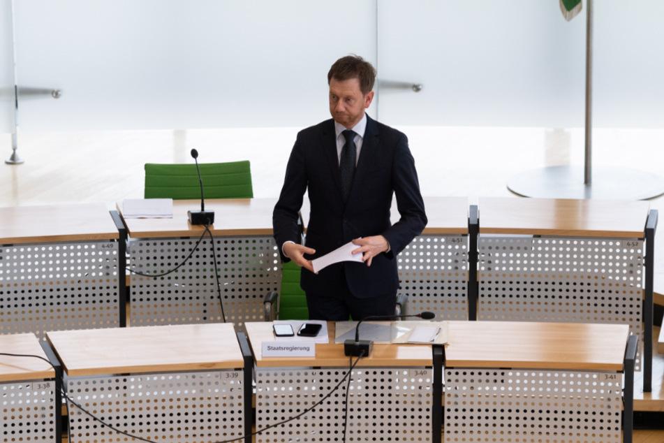 Michael Kretschmer (CDU), Ministerpräsident von Sachsen, steht vor Beginn einer Sondersitzung des Landtagspräsidiums im sächsischen Landtag an seinem Platz.