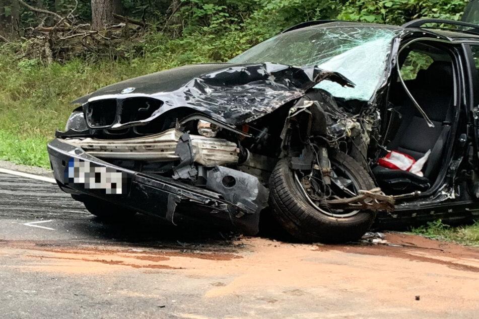 Das Foto zeigt das Wrack eines BMW, der an dem Unfall auf der ST2437 beteiligt war.