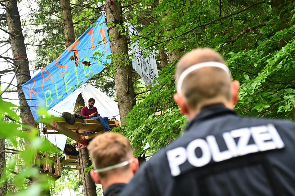 Wird die Polizei die Baumhäuser räumen? Aktuell besetzen Aktivisten noch das Waldstück nahe München.