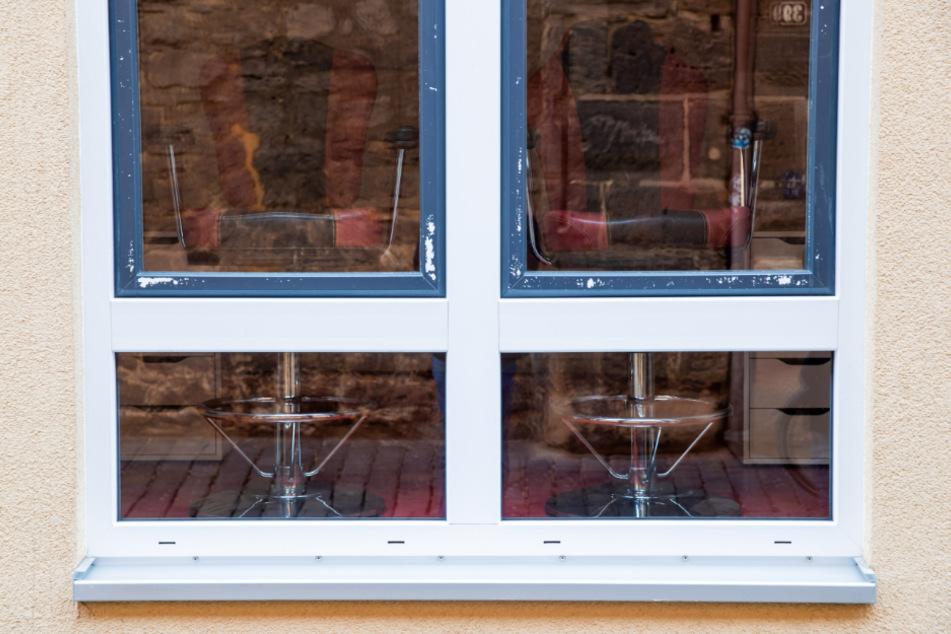 Geschlossene Fenster an einem Etablissement im Rotlichtviertel in Nürnberg zu Beginn der Corona-Krise.