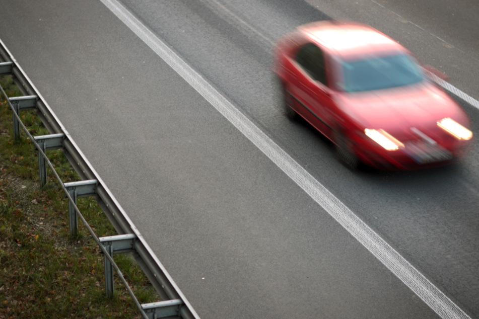 Der Autofahrer überholte auf dem Standstreifen der Autobahn. (Symbolbild)
