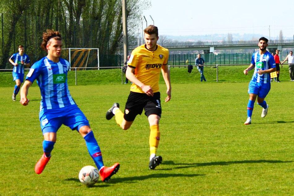 Omar Rekik (18; l.) für Herthas U19 am 6. April 2019 im Dresdner Sportpark Ostra im Duell mit dem damaligen Dynamo-U19-Angreifer Christopher Gebhardt (heute FSV Budissa Bautzen) am Ball.