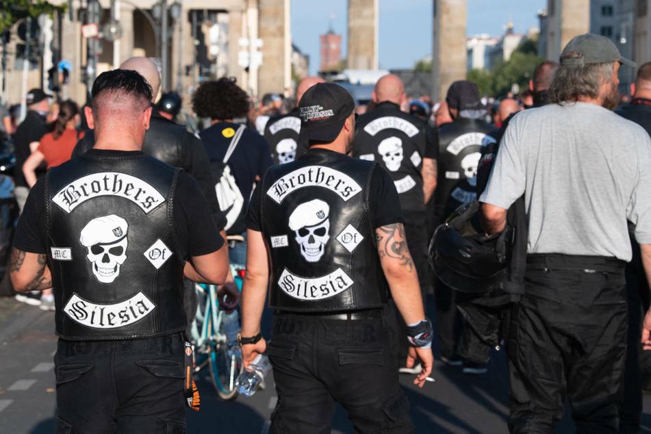 """Mitglieder der """"Hells Angels"""" demonstrieren im September 2020 am Brandenburger Tor gegen das Verbot ihrer Abzeichen. Seit 2015 wurden in Berlin fast 700 Strafverfahren gegen verschiedene Rockergruppen eingeleitet."""