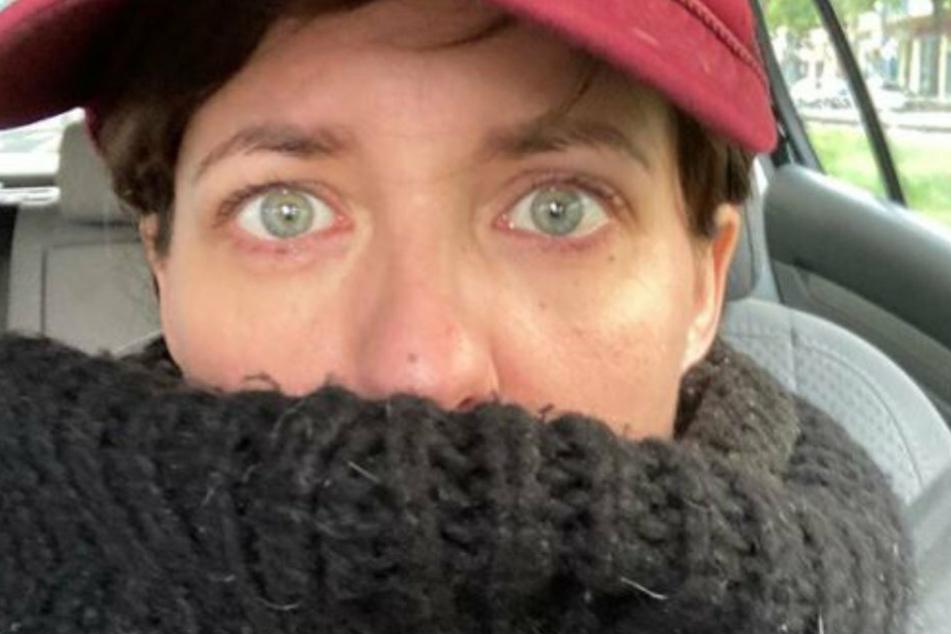 Sarah Kuttner (41) sitzt nach dem Tod ihres Hundes Spencer verweint im Auto.