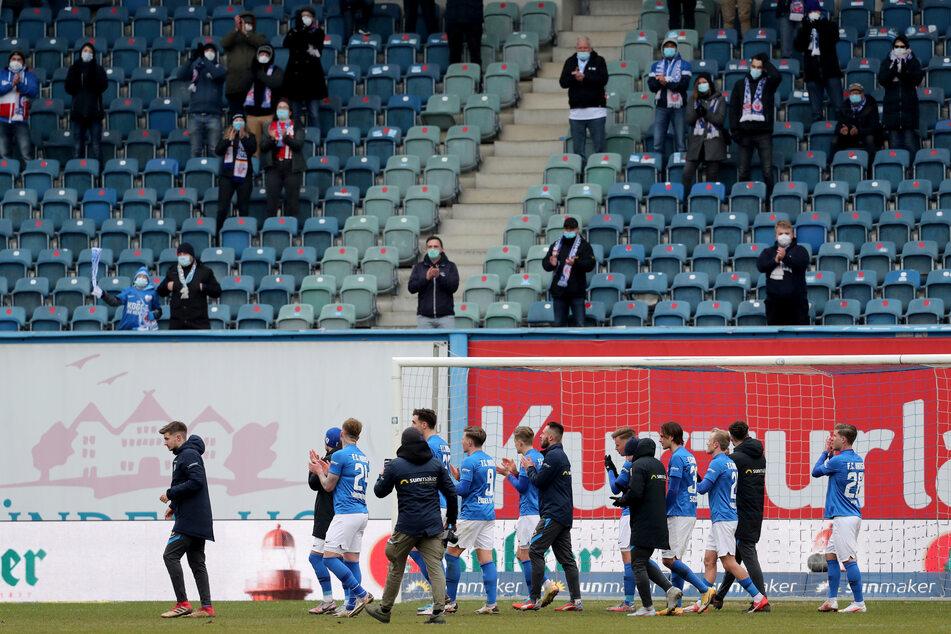 Nach dem Spiel am Samstag applaudieren die Hansa-Spieler in Richtung der Fans auf der Tribüne.