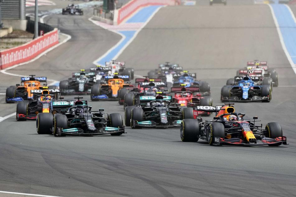 In der ersten Kurve verlor Max Verstappen (23) die Kontrolle, schlingerte neben die Piste und musste Lewis Hamilton (36) passieren lassen.