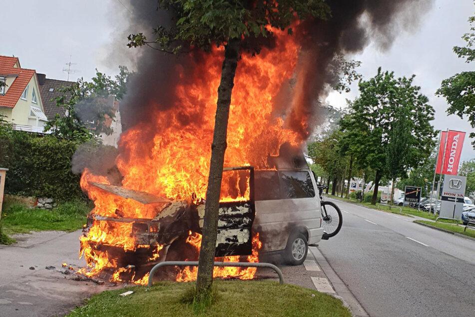 Der VW-Bus brennt lichterloh.